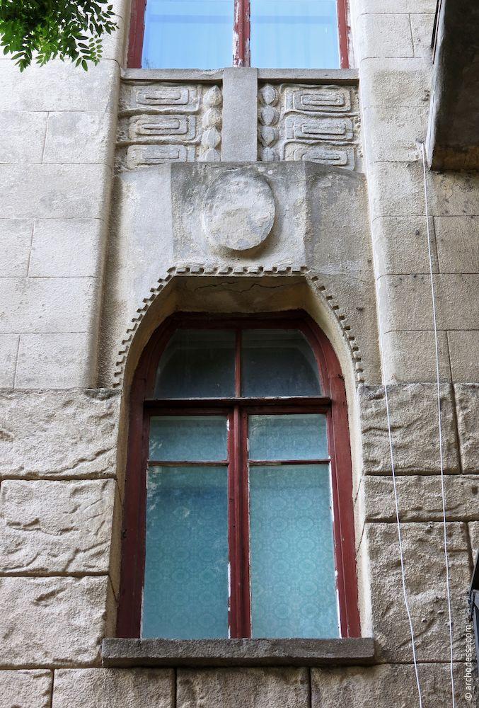 Fenêtre du premier étage et lambris au-dessus