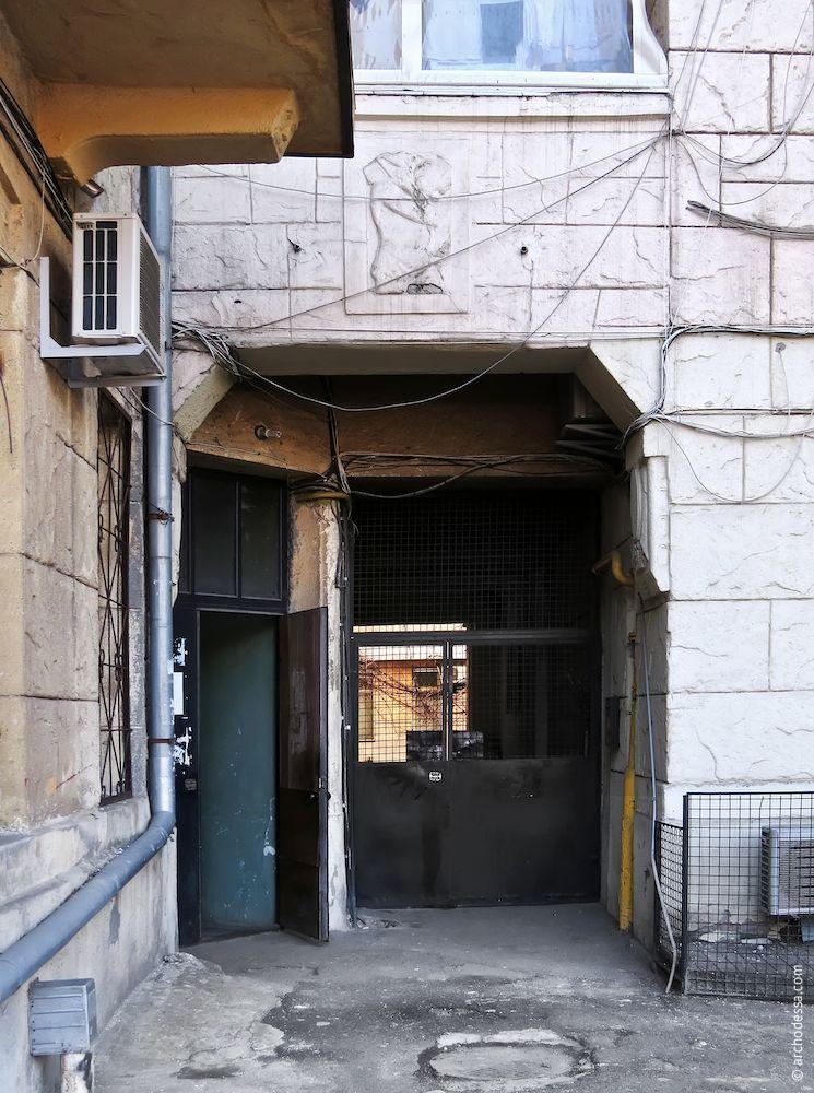 Arc de  passage à la cour et l'entrée dans l'escalier gauche
