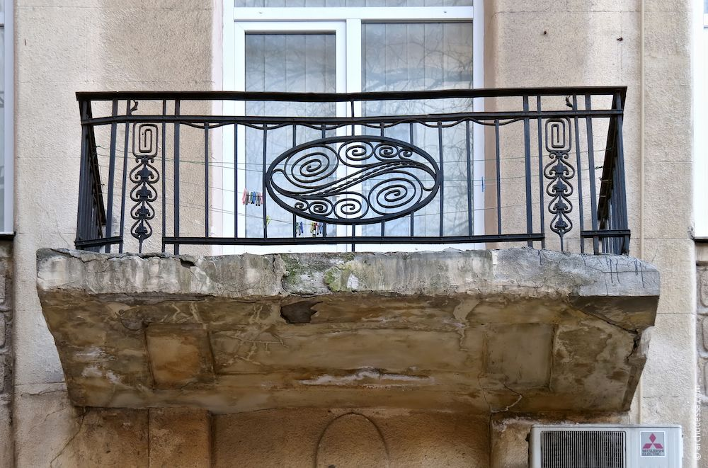 Balcon avec une rembarde originale au deuxème étage