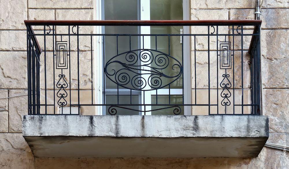 Balcon au premier étage avec des rembarde nouvelles en général stylisées comme originales