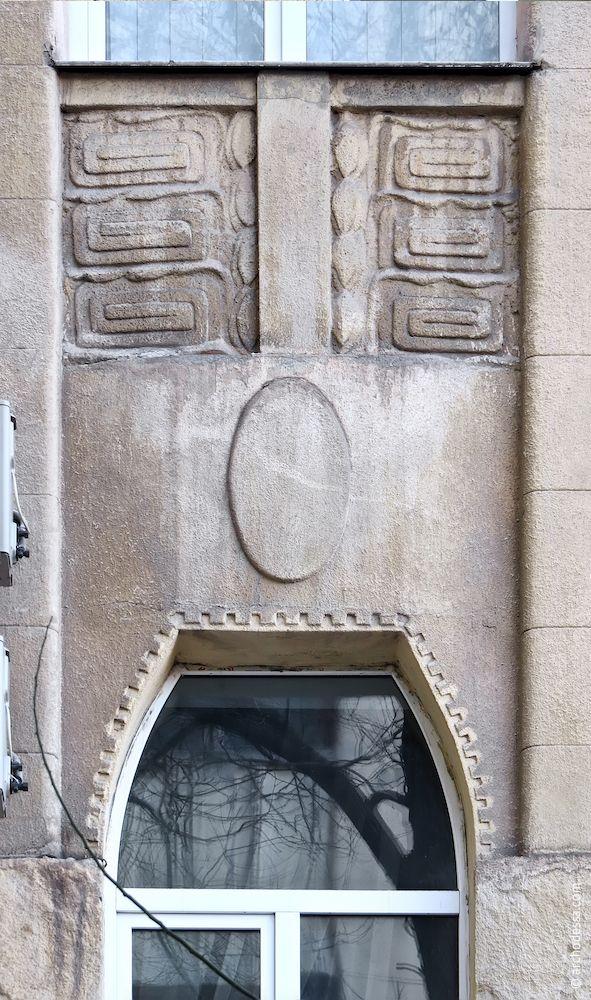 Филёнки над окнами второго этажа