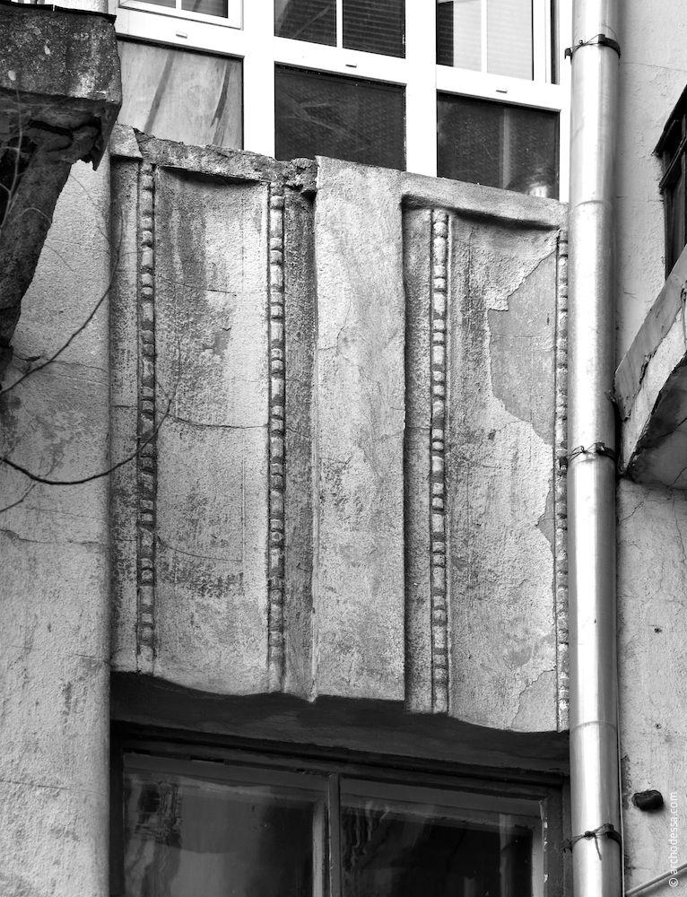 Lambris au-dessus des fenêtres du deuxième étage