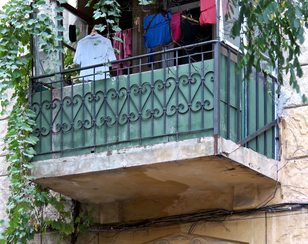 Balcon refait avec des rembarde éclectiques du coté de la rue (rizalite gauche)
