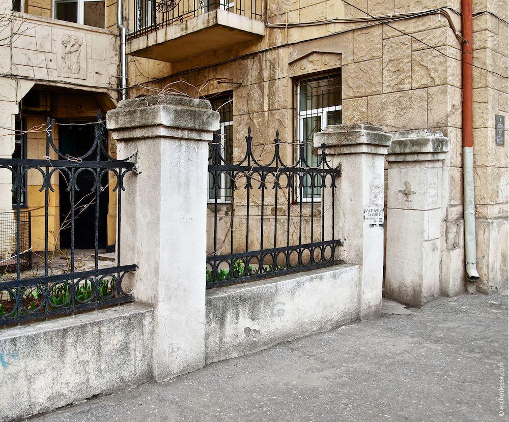 Porte droite de la cour d`honneur