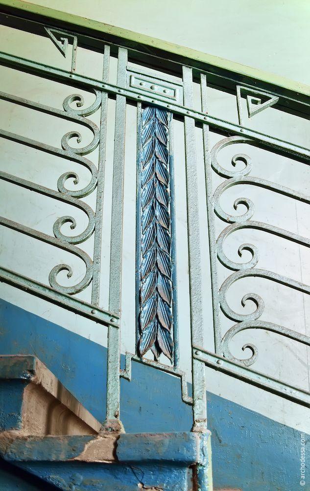 Стик секцій сходових огорож в лівобічному під'їзді