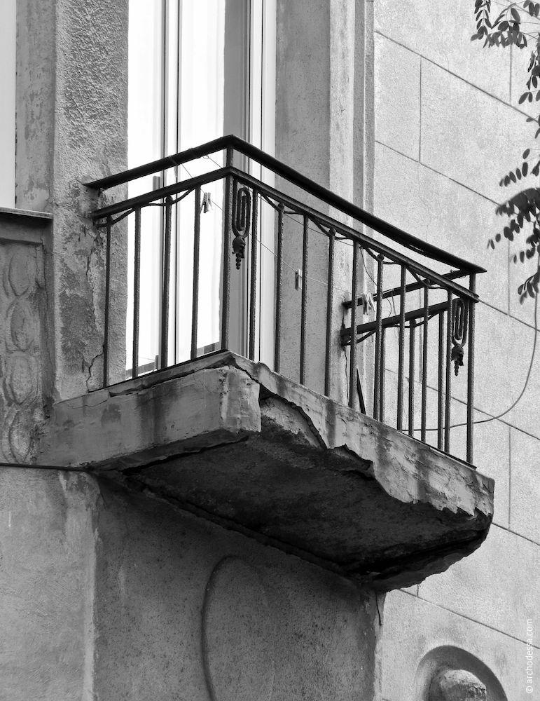 Petit balcon au deuxième étage du côté de la rue