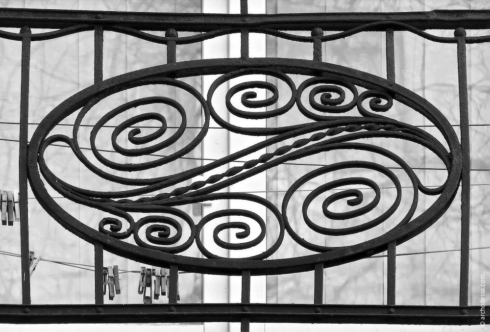 Balcon du deuxième étage, incrustation décorative dans le centre de la partie frontale de rembarde