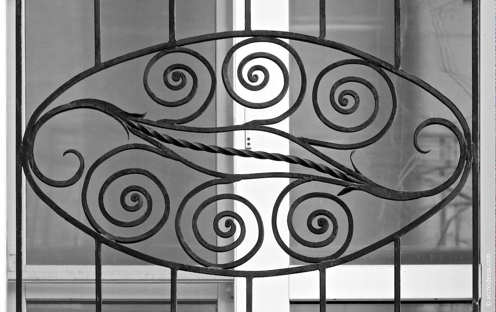 Balcon au premier étage, incrustation dans le centre de la partie frontale de rembarde