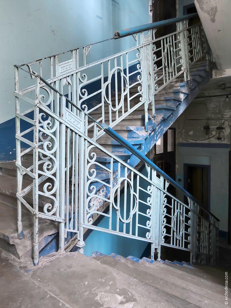 Vue générale de la rampe dans l'escalier droit