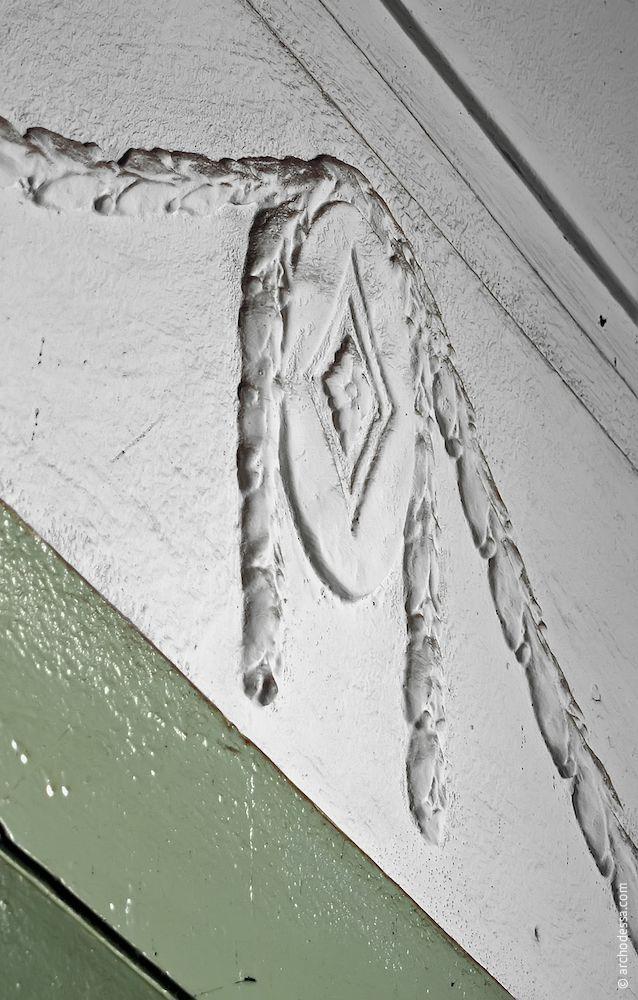 Médaillon sur la cage d'escalier gauche