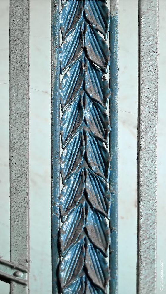 Орнамент на стику секцій сходових огорож в лівобічному під'їзді