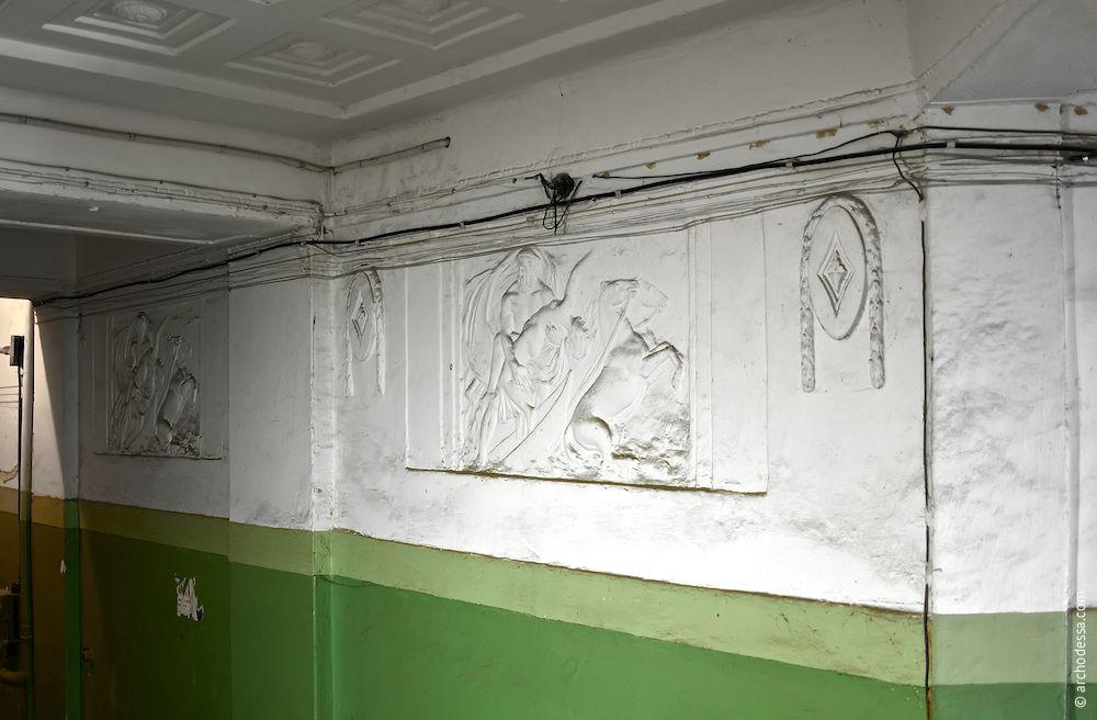 Vue générale de la composition du bas-relief et des médaillons sur les deux côtés dans l`escalier gauche