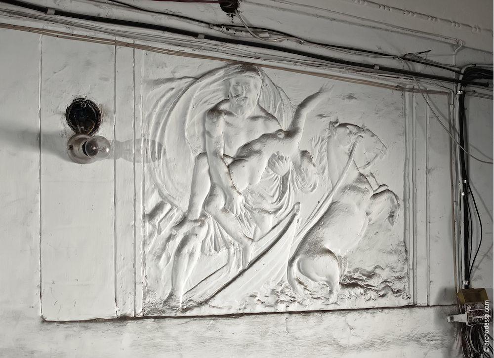Un des bas-reliefs de l`escalier gauche