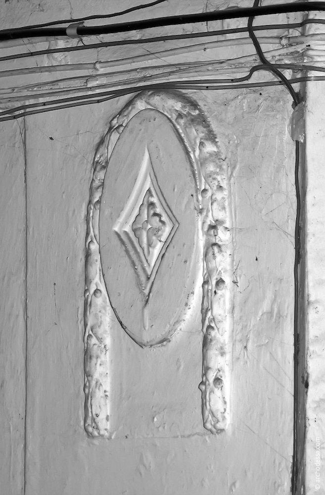 Médaillon dans le vestibule de l`escalier gauche