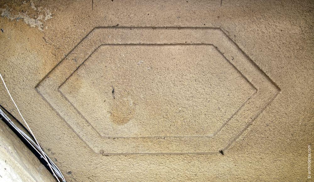 Voûte avec un lambris en forme hexagonale