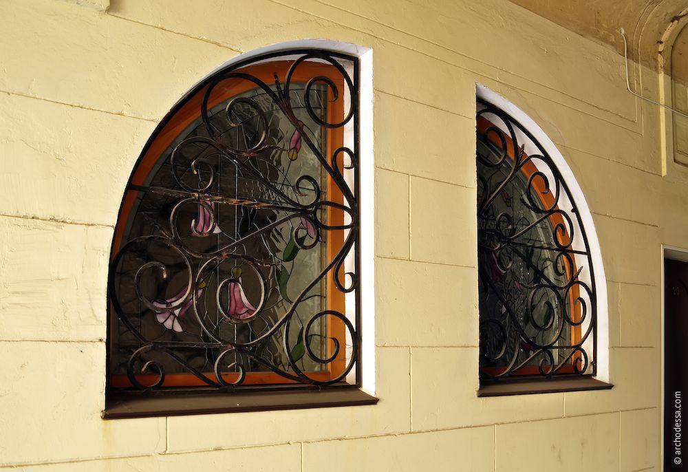 Fenêtre nouvelle bien adaptée au style de décoration de l`arc