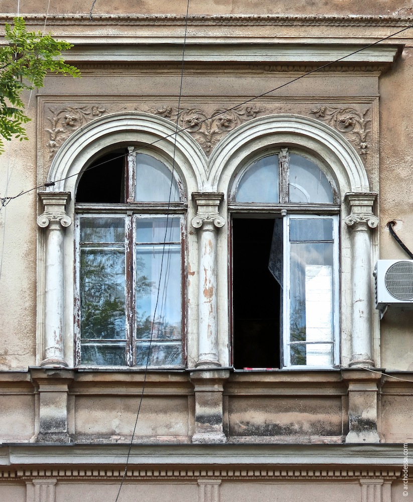 Fenster zwischen den Risaliten
