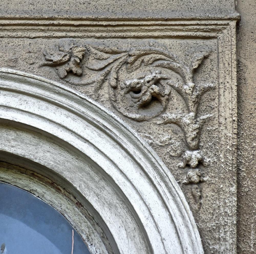 Dekor über den Fenstern zwischen den Risaliten