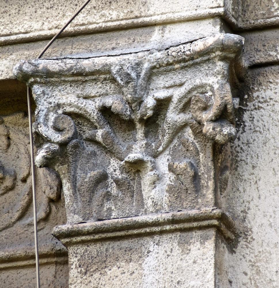 Ein der Pilasterkapitelle, die die Fenster des Seitenrisalits flankieren