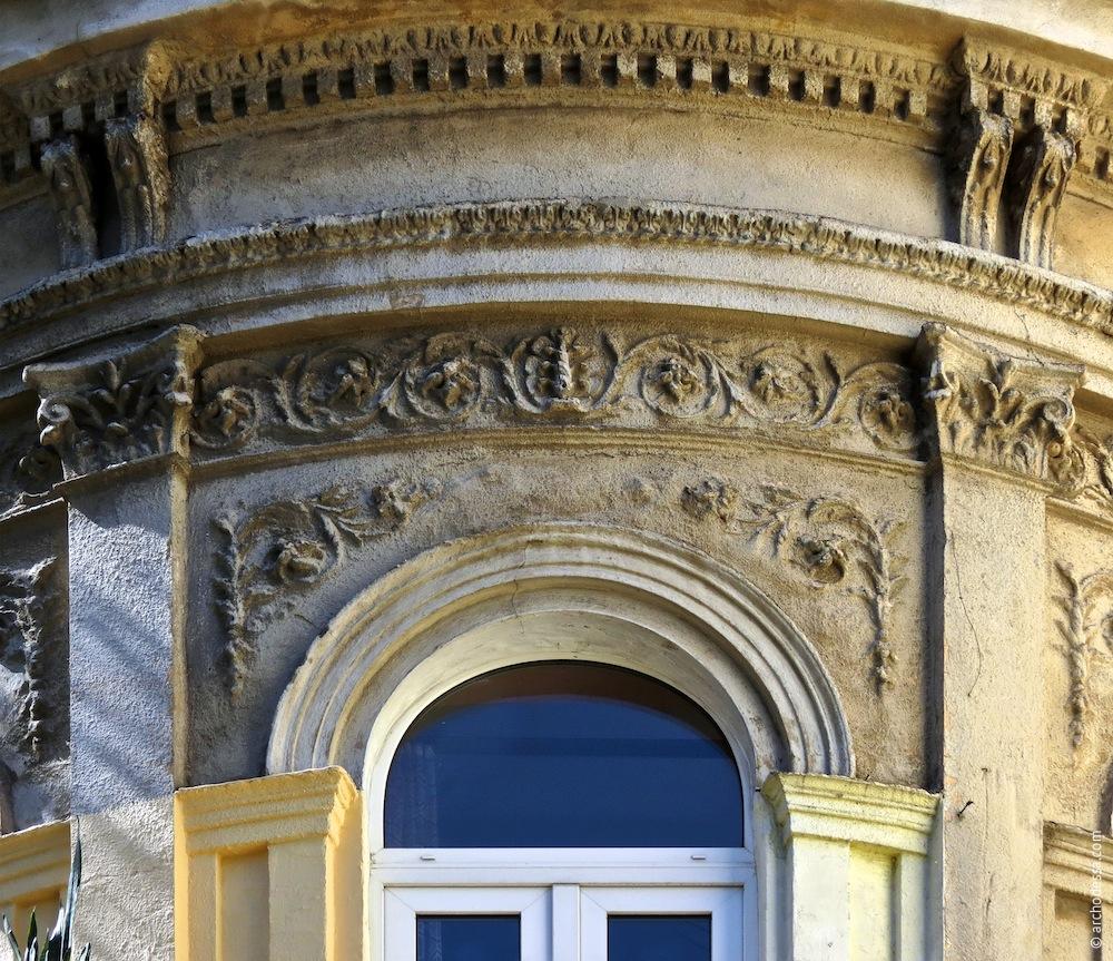 Dekor über dem Eckfenster