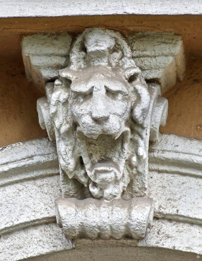 Замковий камінь з левовим маскароном