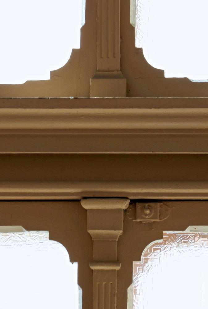 Fensterrahmen zwischen 1. und 2. Stock, ein Ausschnitt