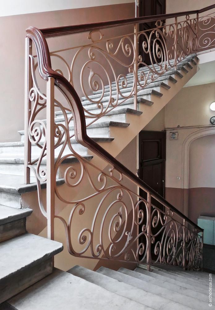 Treppengeländer in den oberen Stockwerken