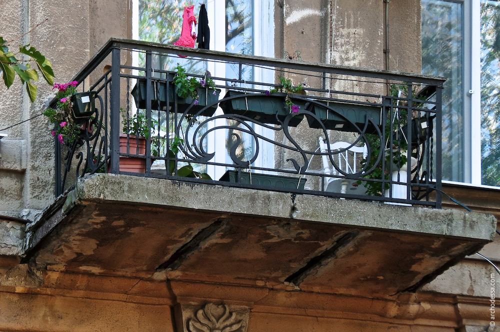 Balkon in der Nachimow-Gasse mit dem Geländer größtenteils aus der Bauzeit