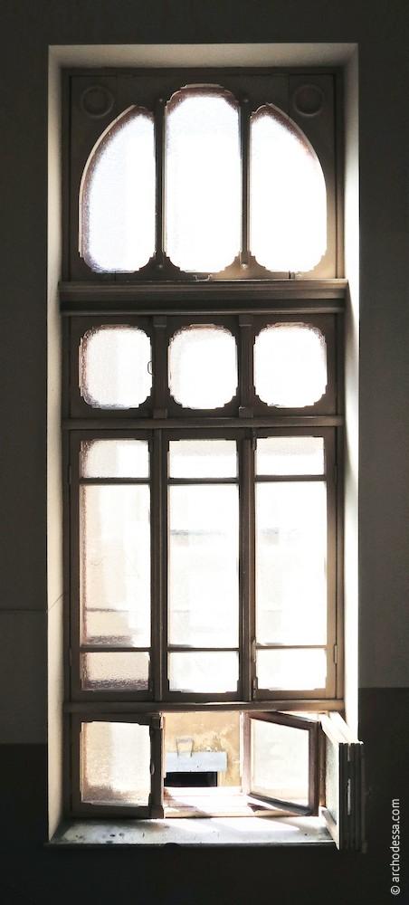 Treppenhausfenster zwischen oberen Stockwerken