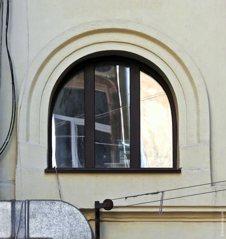 Treppenhausfenster im 1. Stock (wird heutzutage nicht mehr benutzt), Treppenhaus Marazlijewskaja-Straße