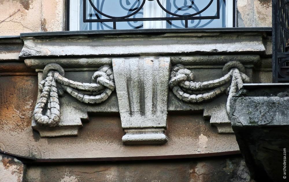 Dekorelement unter einem Fenster