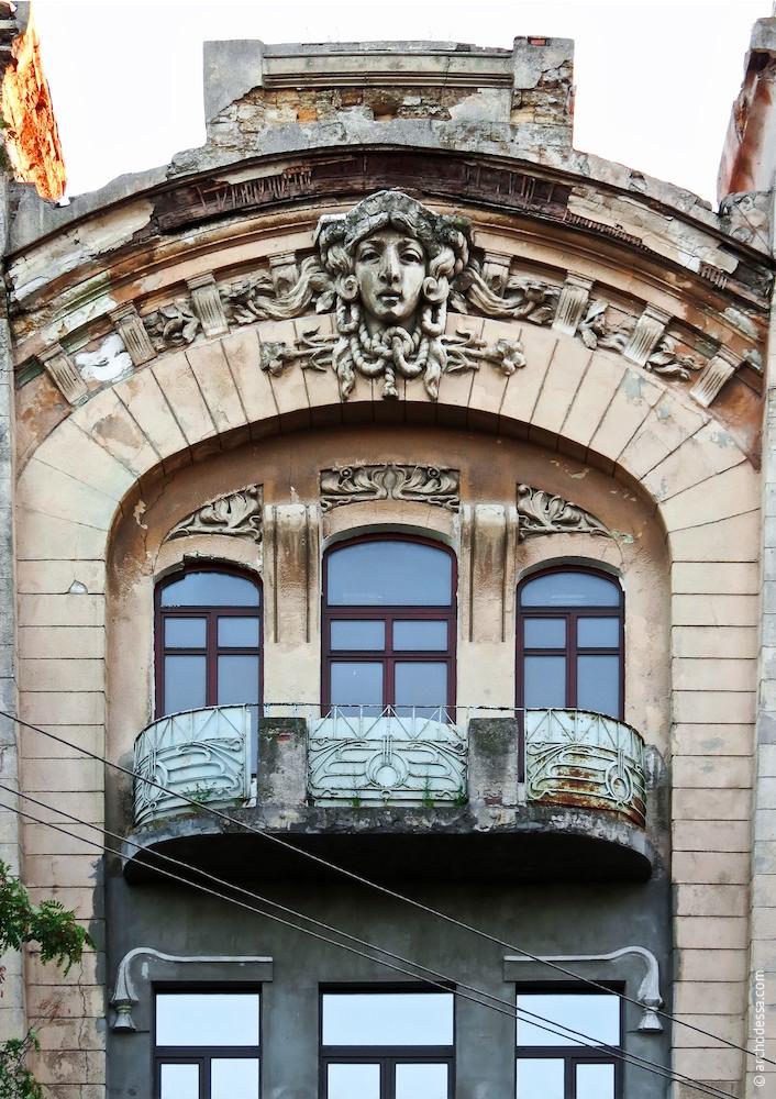 Fenster und Maske im 3. Stock
