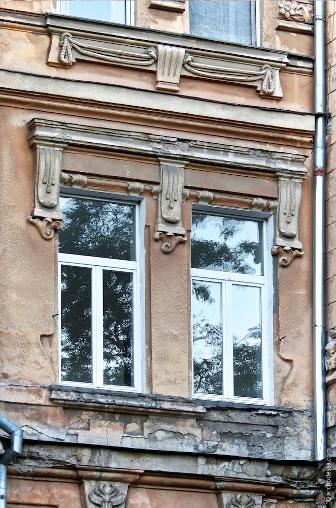 Zwei Fenster von einer Fensterverdachung bekrönt