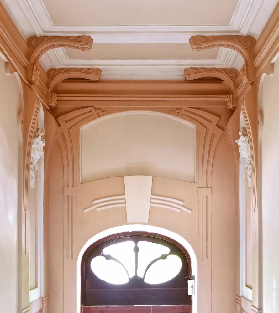 Dekorelemente über der Eingangstür