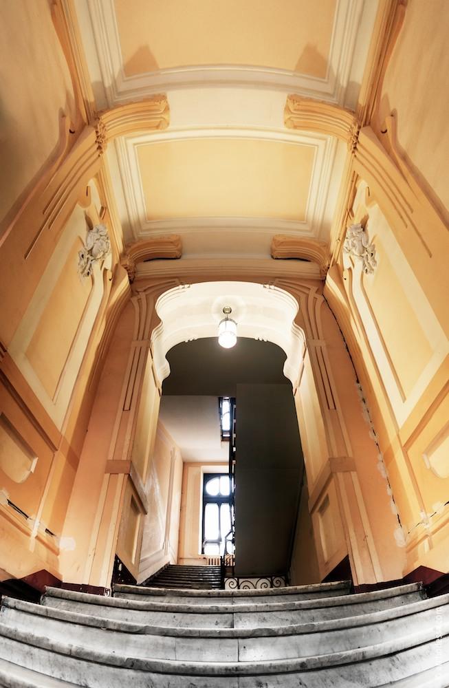 Hausflurdecke und der Bogen vor der Treppe