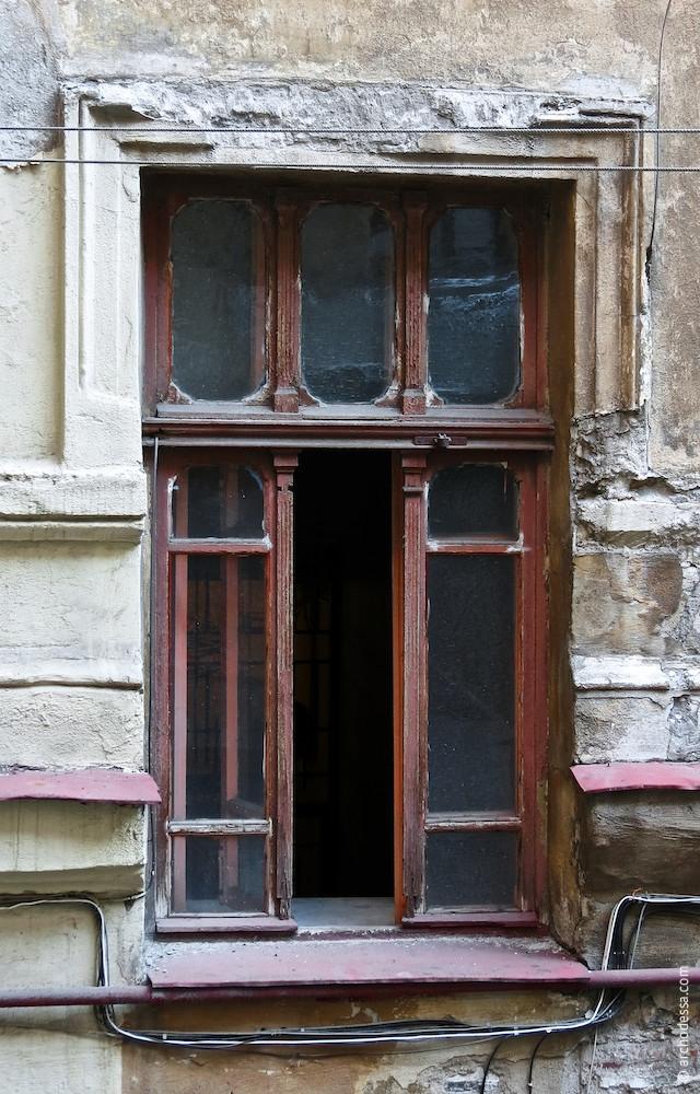 Treppenhausfenster über der Einfahrt