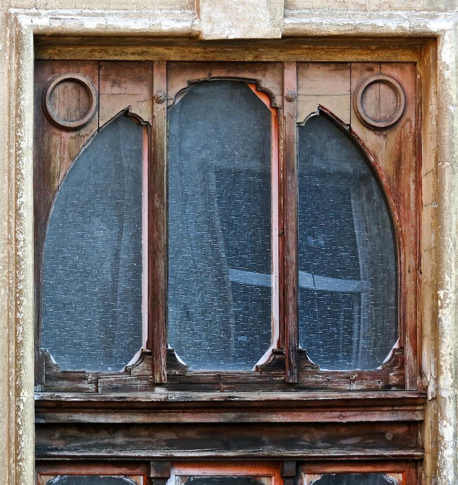Treppenhausfenster über der Einfahrt, ein Ausschnitt