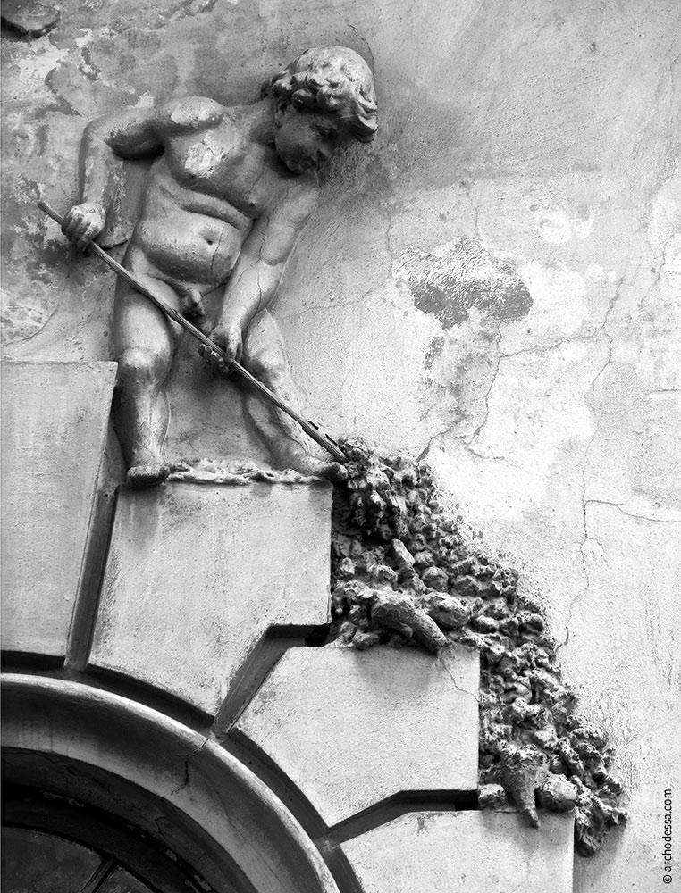 Figurenschmuck links vom Flachrelief im Hauptgiebel, Mitte des linken Fassadenteils
