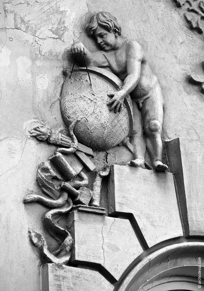 Figurenschmuck rechts vom Flachrelief im Hauptgiebel, Mitte des linken Fassadenteils