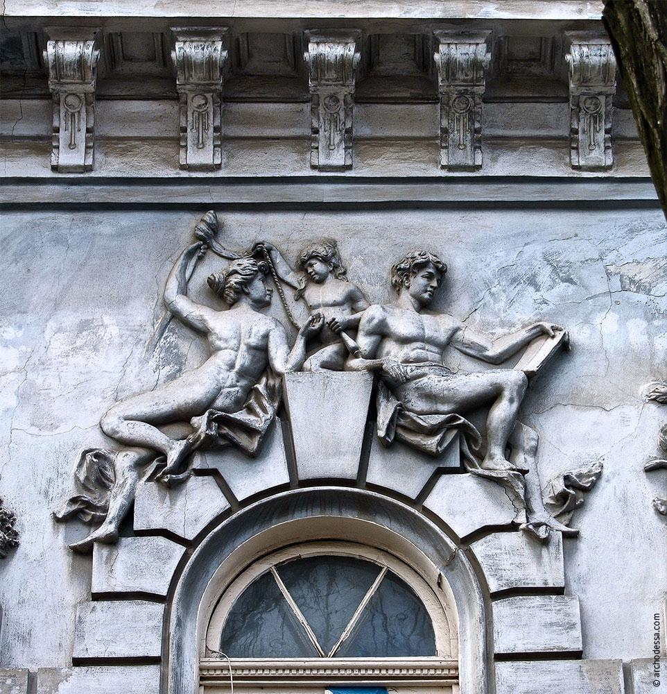 Hauptrelief in der Mitte des linken Fassadenteils