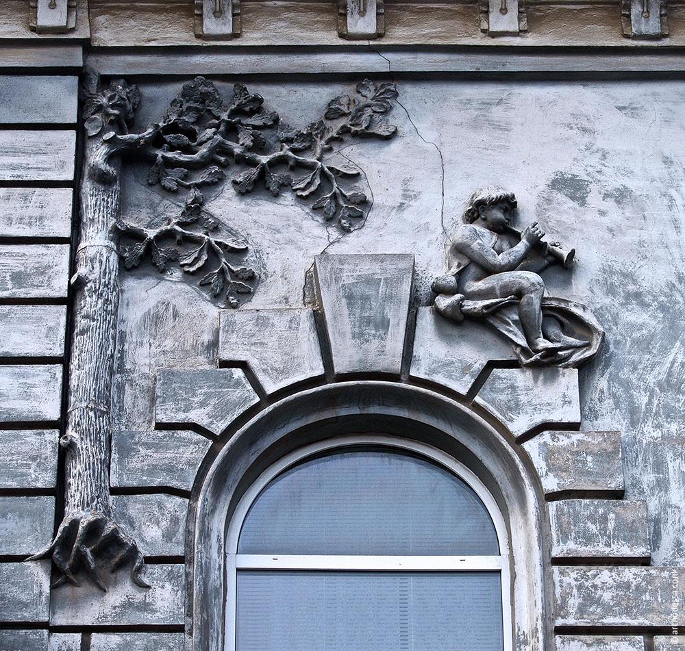 Figurenschmuck links vom Flachrelief im Hauptgiebel, Mitte des rechten Fassadenteils