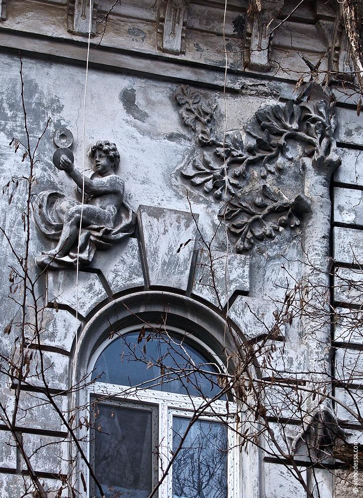 Figurenschmuck rechts vom Flachrelief im Hauptgiebel, Mitte des rechten Fassadenteils