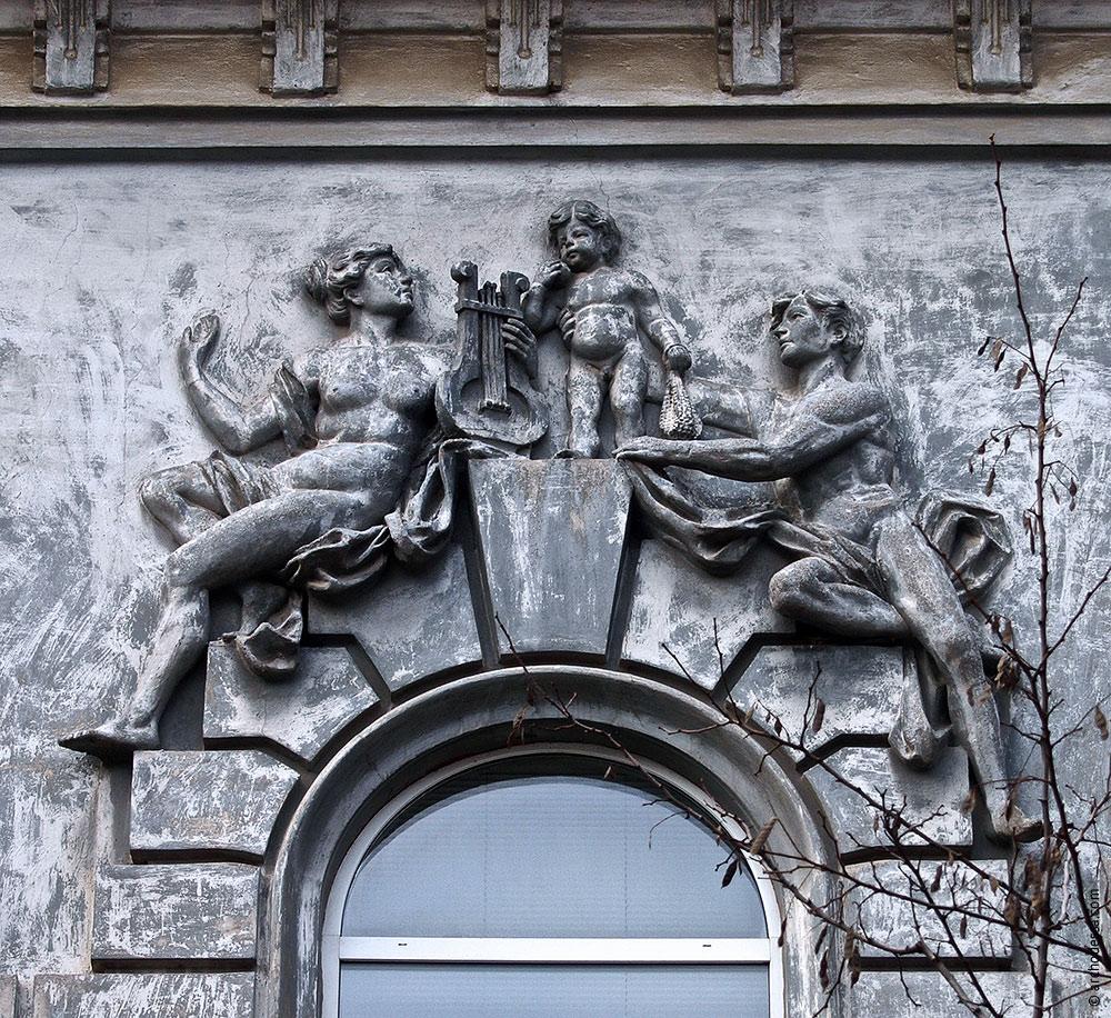 Hauptrelief in der Mitte des rechten Fassadenteils