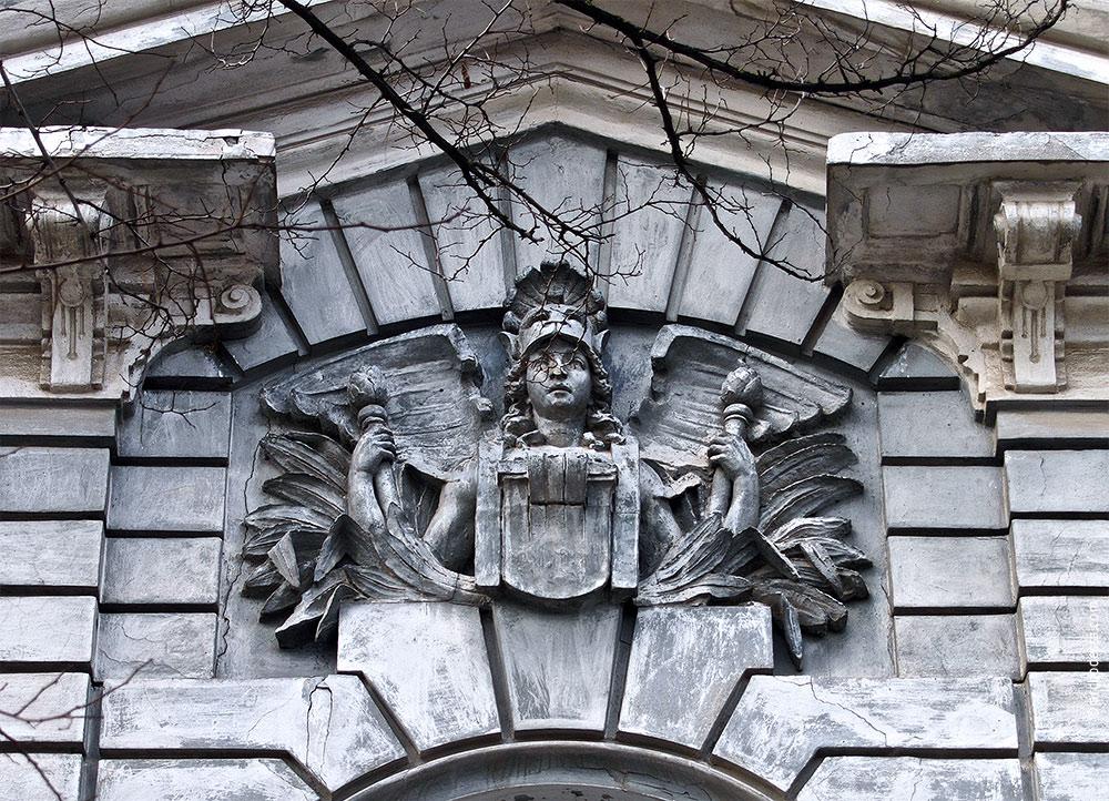 Athena-Flachrelief im Hauptgiebel