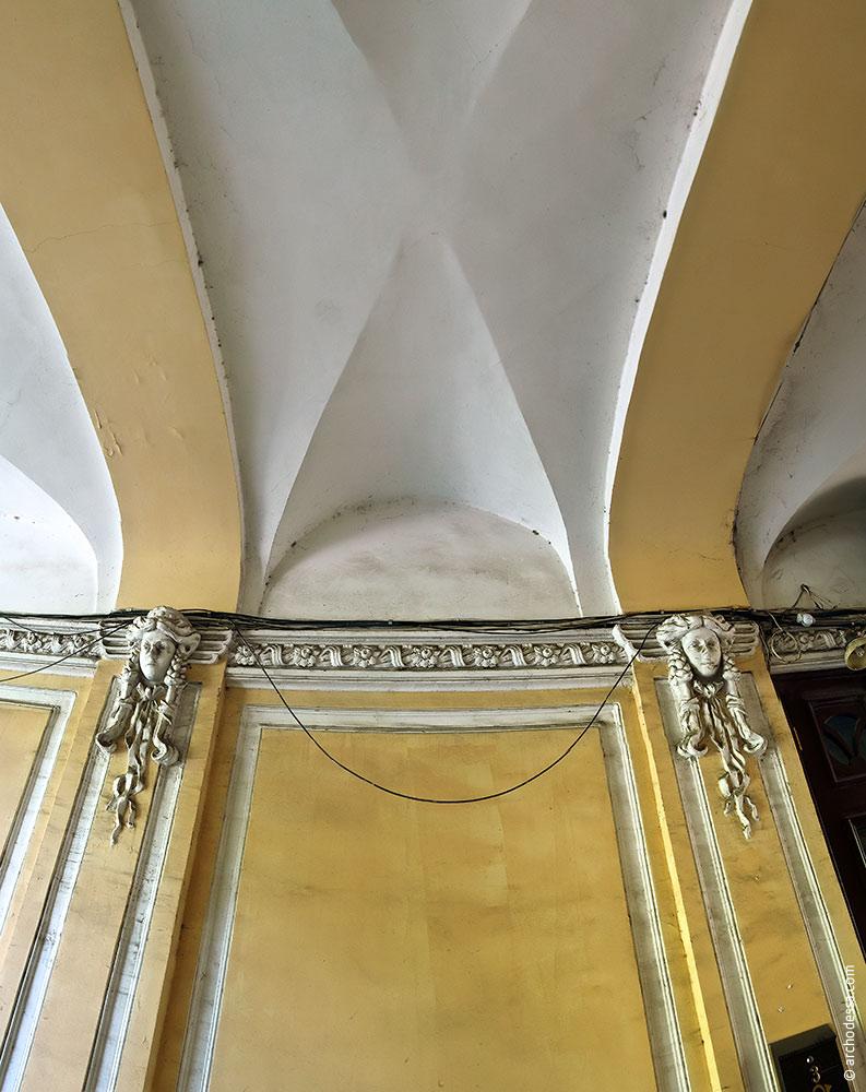 Ein Gewölbefragment mit Masken