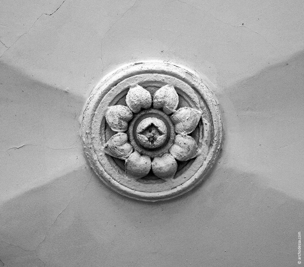 Kreuzblume am Gewölbe (nur in zwei Bogensegmenten erhalten geblieben)