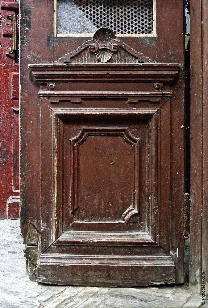 Vorraumtür, ein Ausschnitt; nur der untere Teil im Original erhalten geblieben