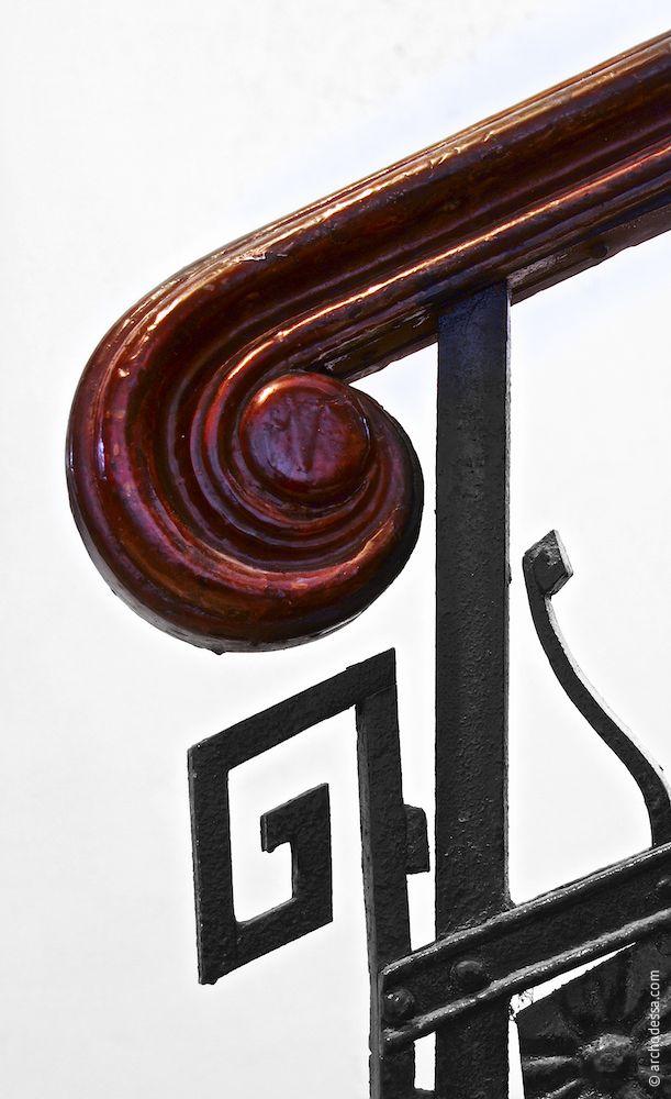 Schnörkel am Geländer, nur im rechten Treppenhaus Sabanski-Gasse erhalten geblieben