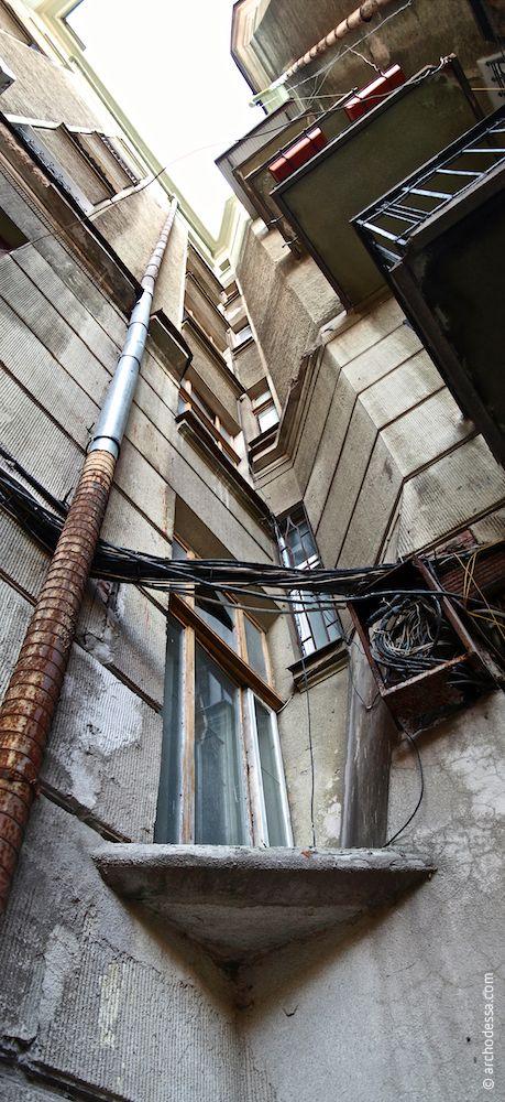 Fenster im rechten Treppenhaus Sabanski-Gasse, perspektivische Ansicht von unten