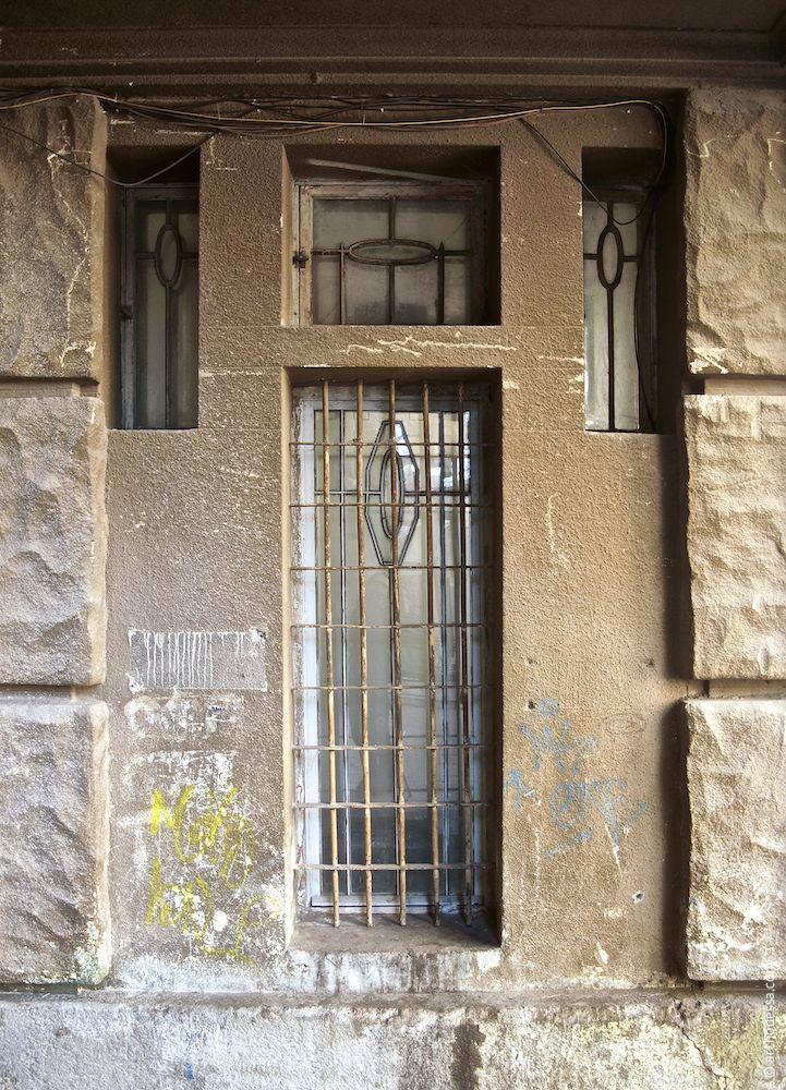Hausflurfenster in der Mauer der Einfahrt